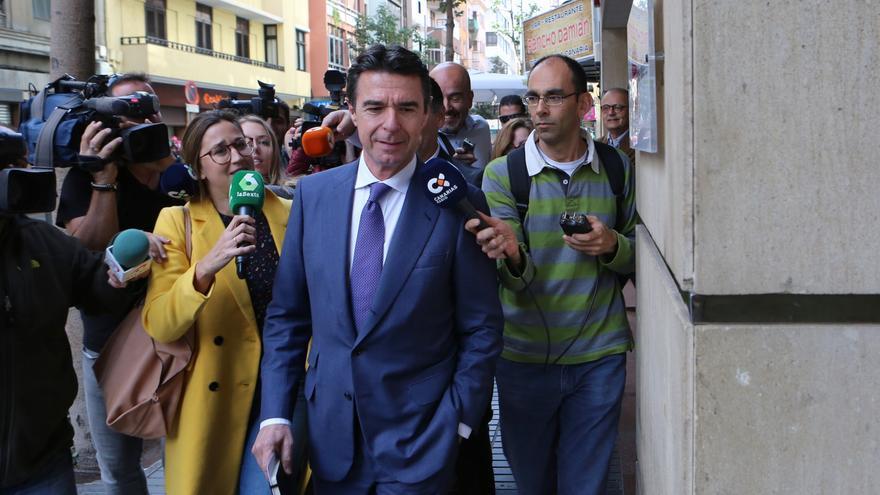 José Manuel Soria elude las preguntas de los periodistas a la llegada a la Cámara de Comercio de Gran Canaria