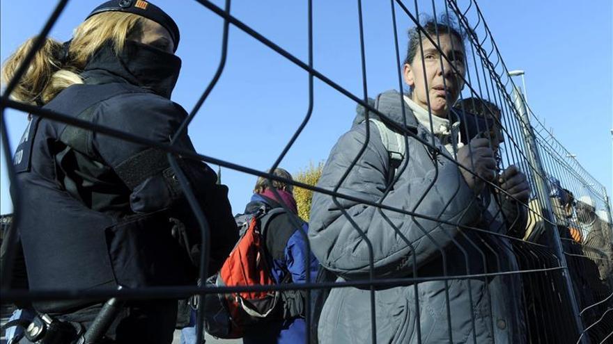 Los Mossos desalojan a las familias del bloque de viviendas ocupado en Salt