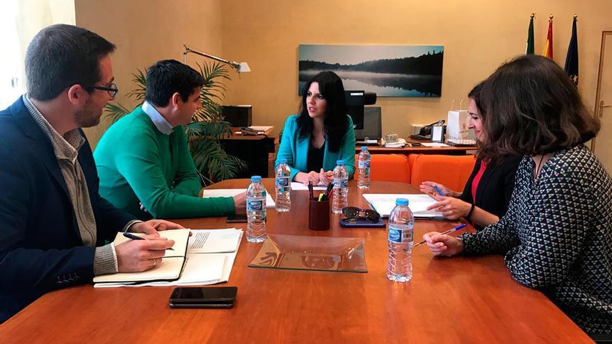 Reunión de Pedro García y Purificación Joyera sobre turismo.