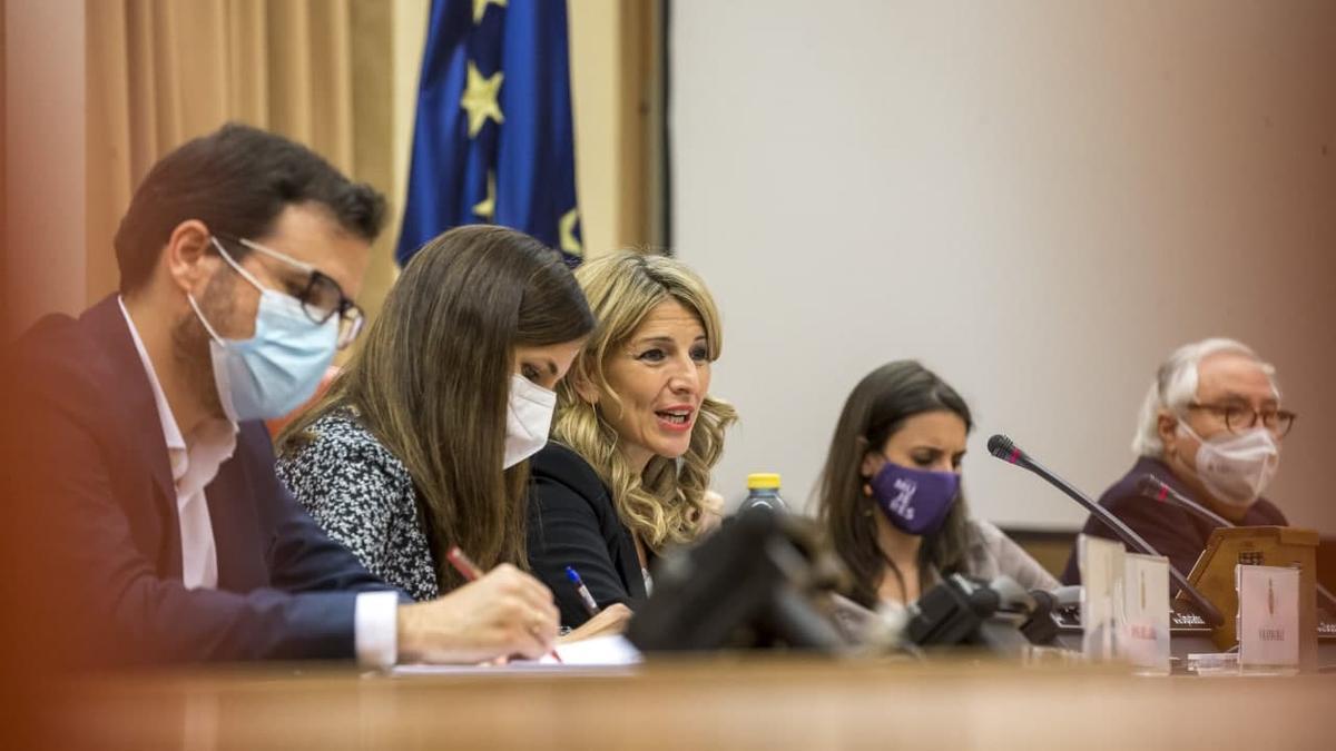 La vicepresidenta tercera y ministra de Trabajo y Economía Social, Yolanda Díaz, acompañada del resto de ministros de Unidas Podemos, se dirige al grupo parlamentario.