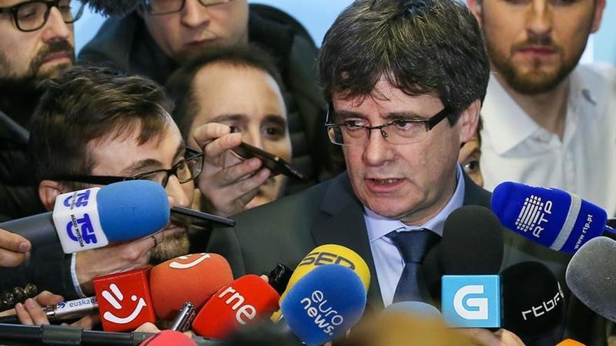 """Puigdemont dice que mantener en prisión a Sànchez le hace """"preso político"""""""