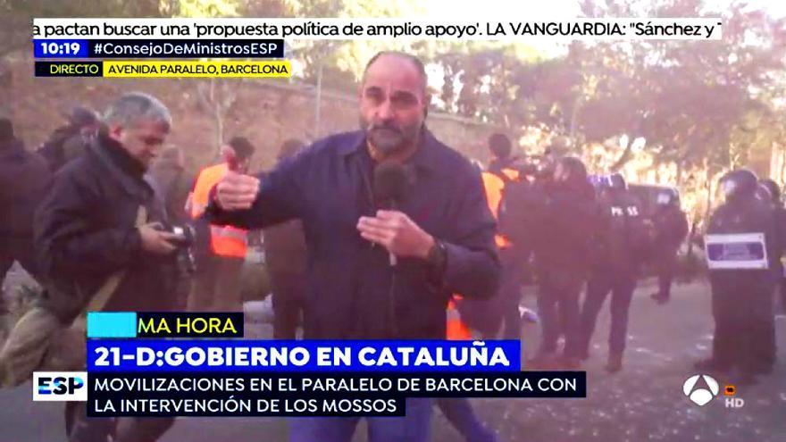 El reportero Raúl García, durante su conexión con Espejo Público