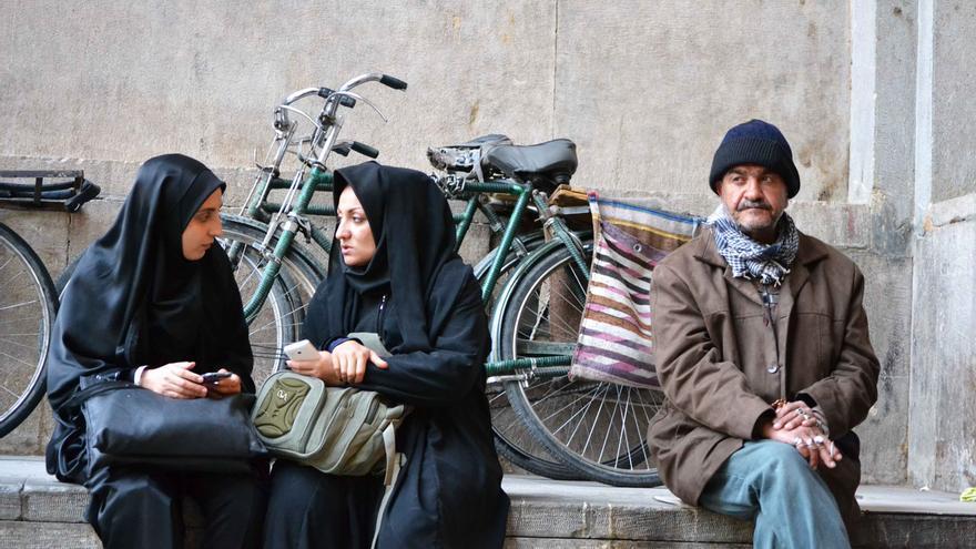 Conversación a la entrada del Bazar de Isfahan. AMADEU DEU