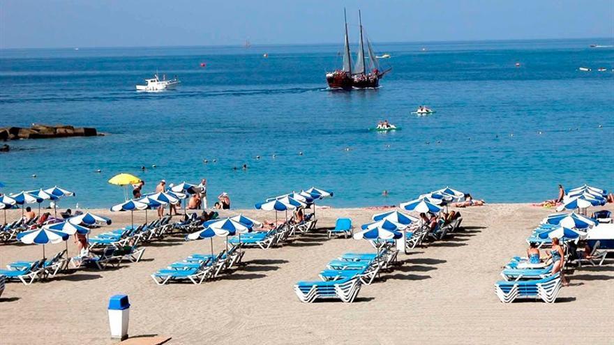 Litoral del sur de Tenerife con playa turística, en una imagen de archivo