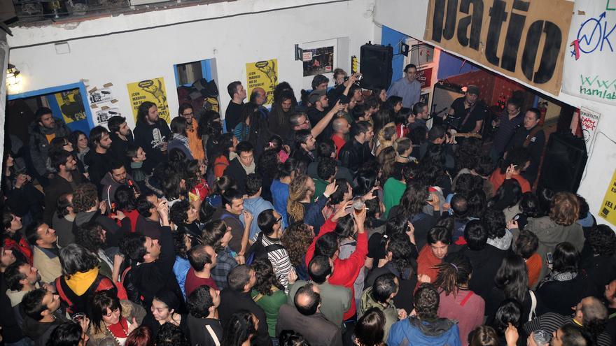 Concierto de Fermín Muguruza en El Patio de la calle Acuerdo, el 18 de febrero de 2009. Durante el tiempo que estuvo habitado el edifico se desarrollaron multitud de conciertos, talleres de fotografía, encuentros, presentaciones de libros…
