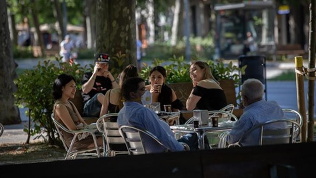 Un grupo de jóvenes se reúne en una terraza