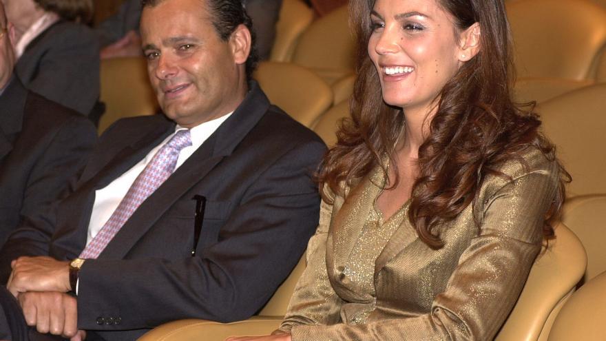 Javier Merino con su mujer Mar Flores en un acto celebrado en el Museo Thyssen en mayo de 2001. Foto: Paco Torrente/EFE.