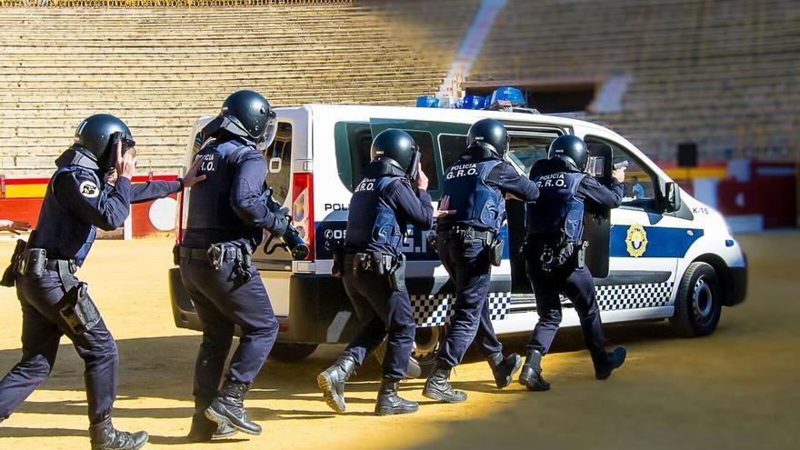 Agentes de la Policía Local de Torrevieja durante una exhibición