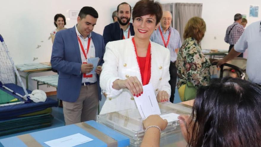 Isabel Rodríguez vota en Puertollano