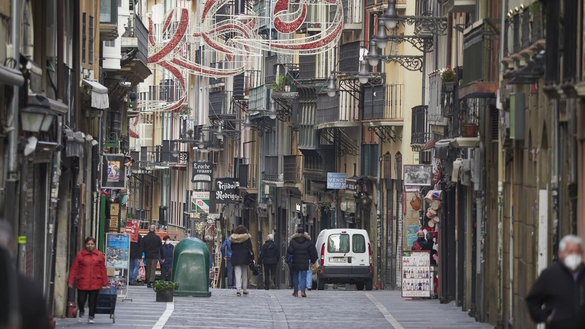 Transeuntes pasean por una calle del Casco Antiguo de Pamplona