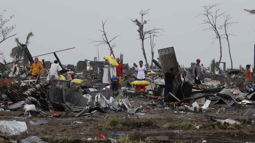 Los filipinos buscan entre los escombros todo lo que les pueda servir