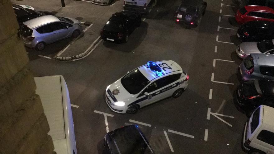 Una patrulla de la Policía de Vitoria, en dirección contraria tras imponer una sanción de tráfico