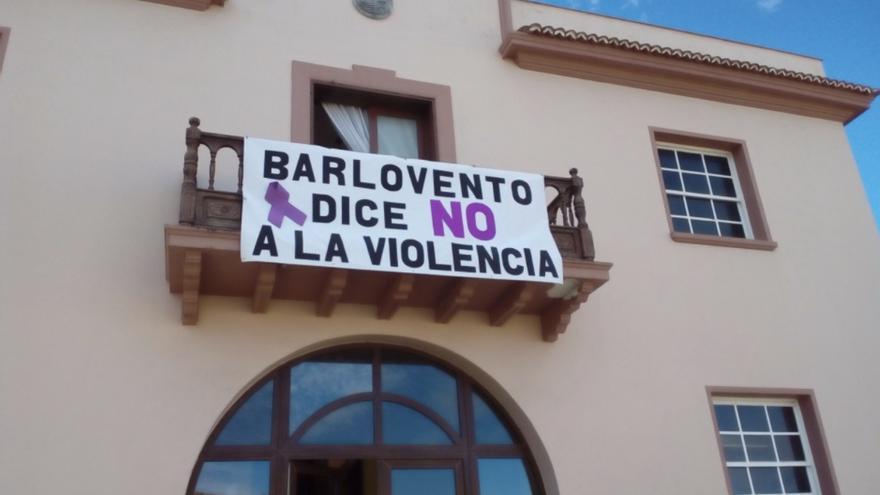 Lazo violeta en el Ayuntamiento de Barovento.