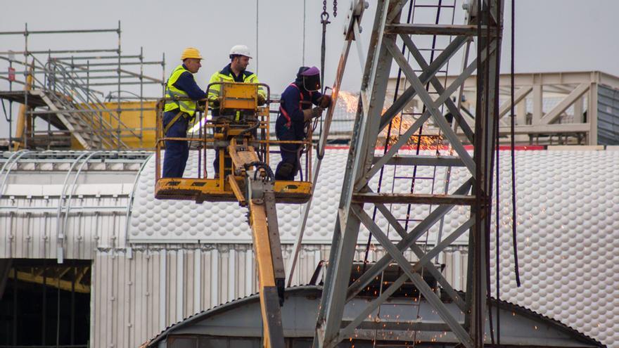 Unos operarios trabajan en la construcción del Centro Botín en Santander.   JESÚS HERMOSA