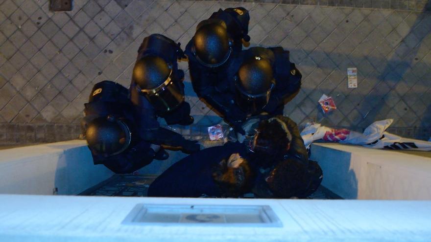 Los activistas intentan negociar con agentes de la Policía Nacional/ Foto: Adolfo Luján - DISO