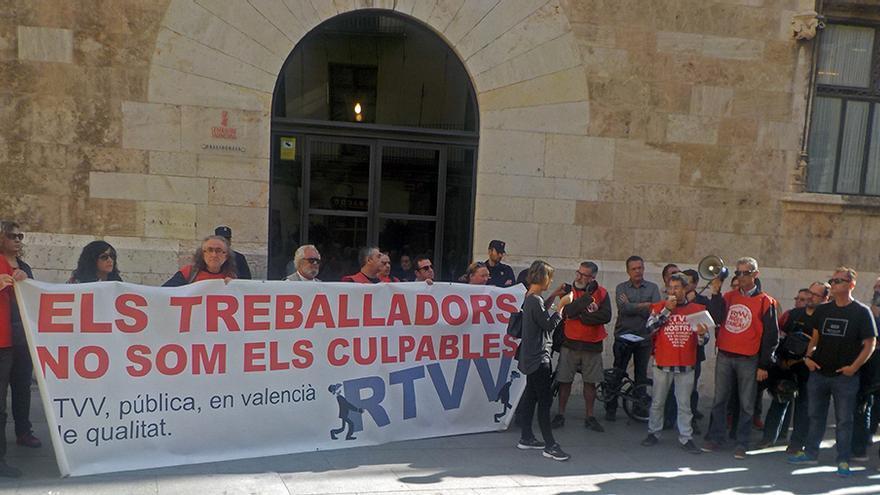 Los extrabajadores de RTVV concentrados a las puertas del Palau de la Generalitat
