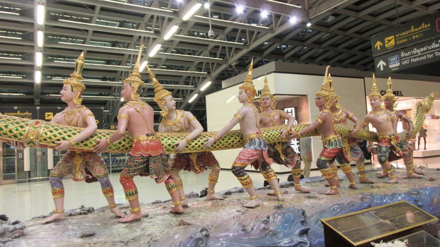 Estatua dentro del aeropuerto de Bangkok