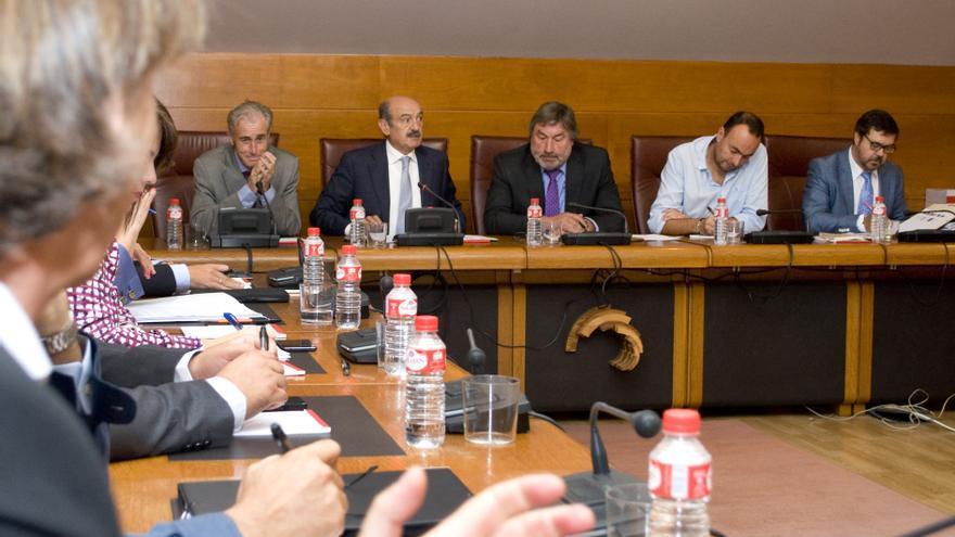 Imagen de la comparecencia en el Parlamento del consejero de Obras Públicas y Vivienda, José María Mazón.   Ignacio Romero