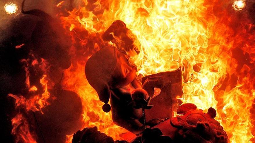 El ritual del fuego marca su preludio con la cremà de las fallas infantiles