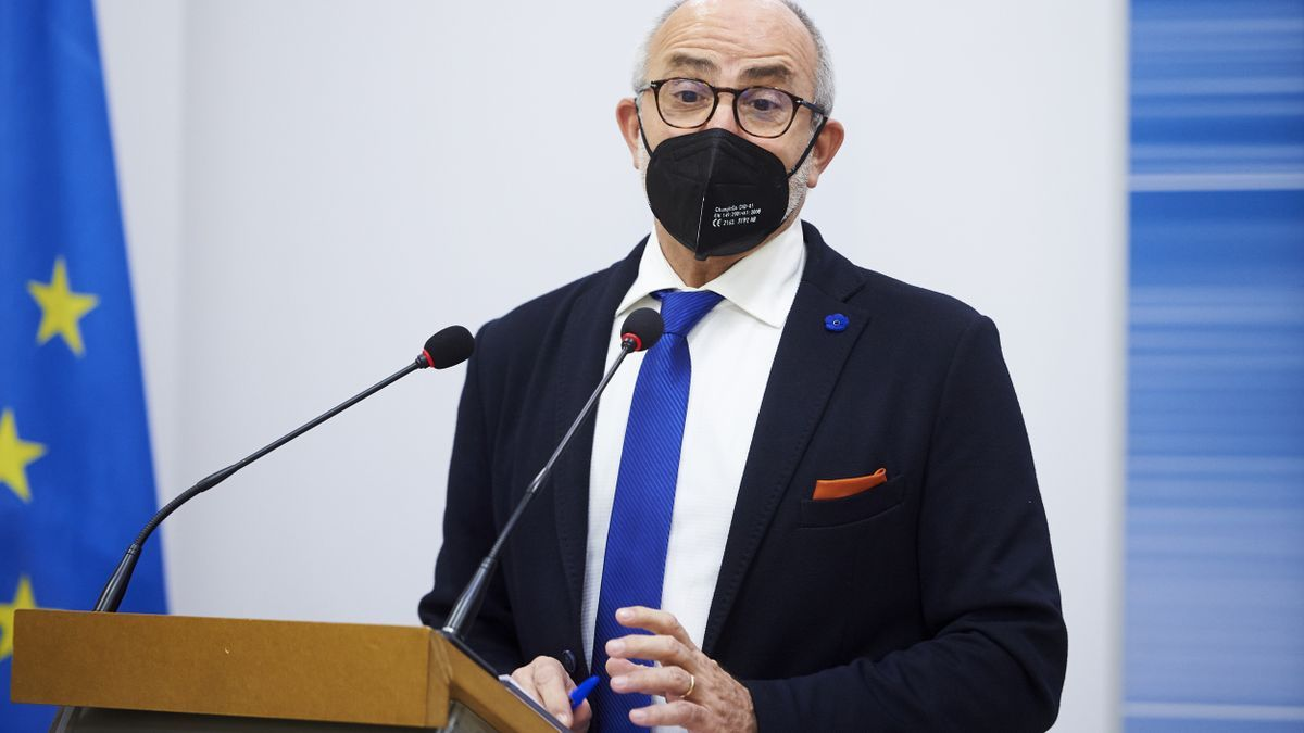 El consejero de Sanidad de Cantabria, Miguel Rodríguez, en una rueda de prensa.