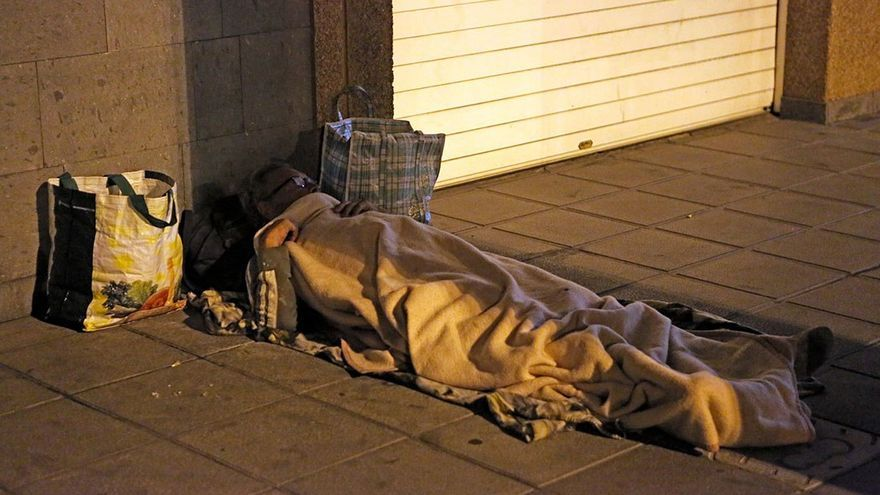Hombre durmiendo en una calle de Las Palmas de Gran Canaria. (Alejandro Ramos).