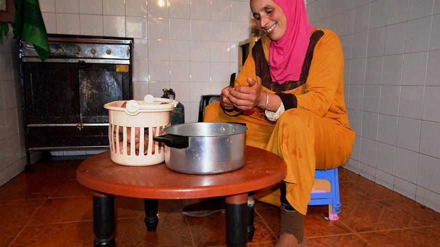 Mina Id Ali, mujer de Omar, preparando la comida.