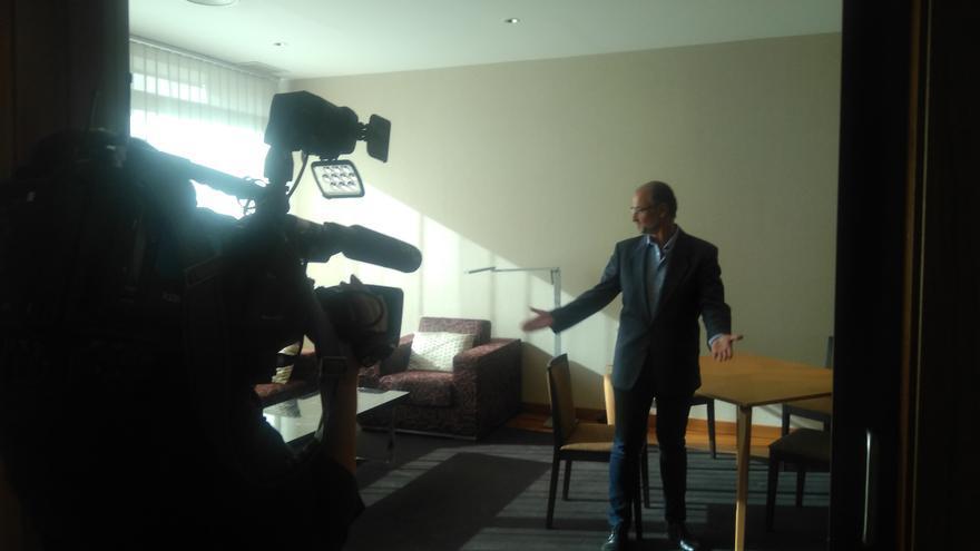 El presidente de las Cortes, Luis Fuentes, en el salón de su 'apartamento presidencial'.