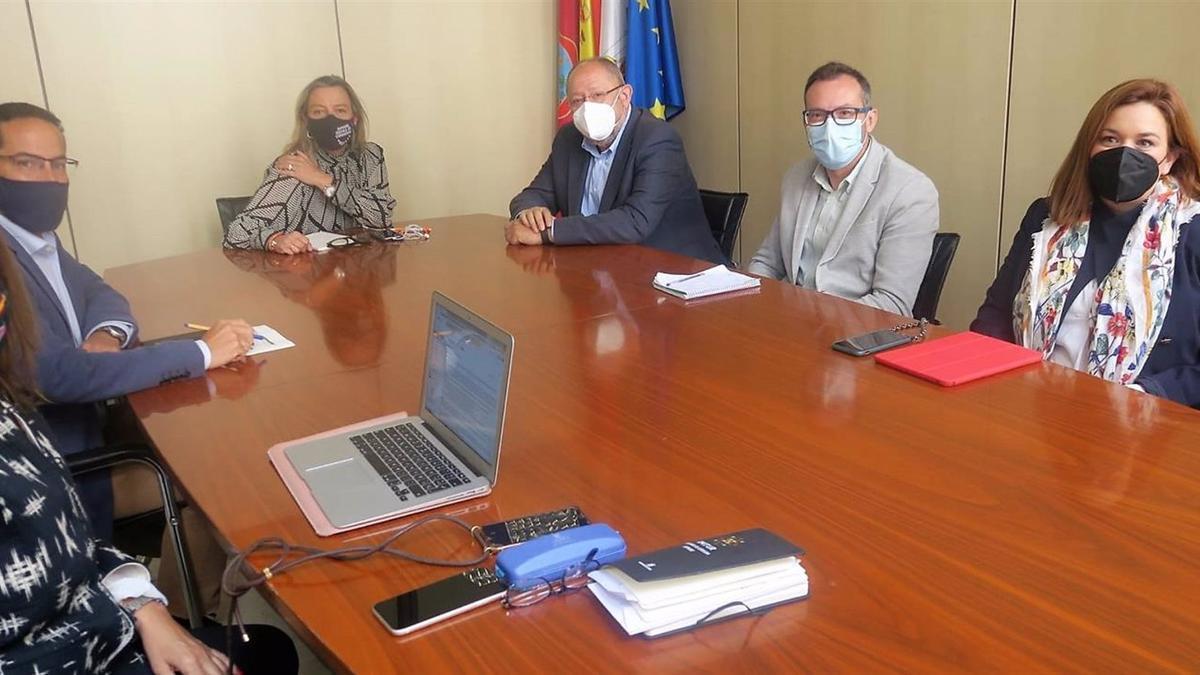 Los concejales el Grupo Municipal Socialista en el Ayuntamiento de Córdoba Manuel Torralbo, Carmen Campos y José Antonio Romero se reúnen con la teniente de alcalde de Turismo, Isabel Albás.