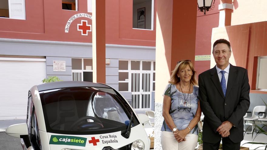 María Teresa Pociello y Fernando Berge junto al vehículo.