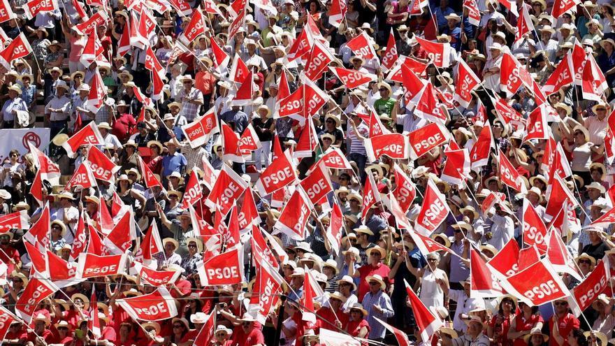 Banderas y militantes socialistas