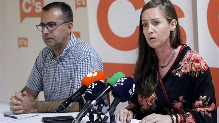 La portavoz regional de Ciudadanos (Cs) y diputada nacional por Santa Cruz de Tenerife, Melisa Rodríguez, acompañada del coordinador del partido, Mariano Cejas