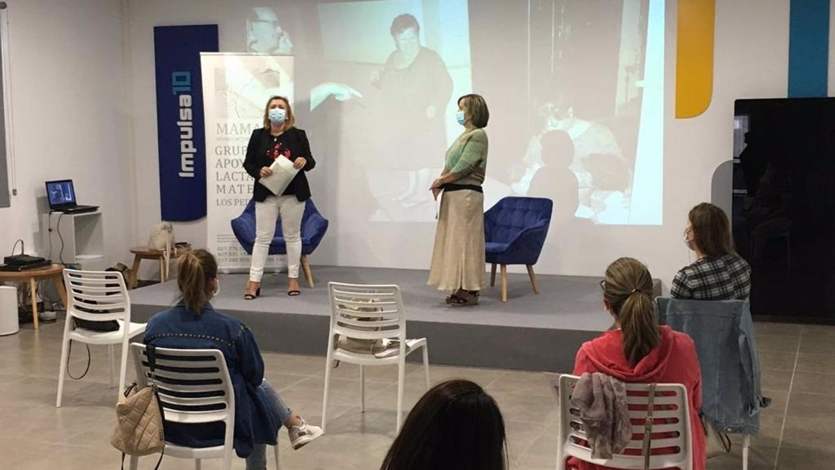 El Área Sanitaria Norte de Córdoba participa con la Asociación Mamaré y el Ayuntamiento de Pozoblanco (Córdoba) en unas jornadas de actividades sobre la lactancia materna que pretenden divulgar los beneficios para el bebé de la lactancia materna coincidiendo con la Semana Mundial de la Lactancia Materna.  Según informa la Junta de Andalucía en una nota, las jornadas se están desarrollado desde el día 5 al 7 de octubre bajo el eslogan 'Proteger la lactancia materna: una responsabilidad compartida'. Así, se está desarrollado un programa basadas en charlas coloquios de distintos profesionales que tienen como objetivo evitar la discriminación de las madres lactantes en todos los ámbitos, ofreciendo apoyo familiar y comunitario.  Los objetivos de este año son informar a las personas sobre la importancia de proteger la lactancia materna, anclar el apoyo a la lactancia materna como una responsabilidad vital de salud pública, interactuar con individuos y organizaciones para un mayor impacto e impulsar la acción en la protección de la lactancia materna para mejorar la salud pública.  Las jornadas han tenido comienzo con un acto inaugural por parte de la gerente del Área Sanitaria Norte, Ana Leal, junto con la coordinadora de Cuidados del Área Materno-Infantil del Hospital Valle de los Pedroches, Esther Redondo. A continuación, ha tenido lugar la ponencia de Rosario Ventura, matrona del Centro de Salud de Pozoblanco y de Isabel Pulpillo, madre lactante, voluntaria de Almamar y enfermera en el Hospital de Montilla.  Este miércoles, por parte de la propia Asociación Mamaré, informarán a los asistentes de que son los grupos de apoyo a la lactancia materna, y sus funciones en el soporte para las madres y padres en la lactancia del bebé.  El jueves tendrá lugar una ponencia de Javier Navarro, pediatra de atención primaria, que llevaba por título 'Los talones de Aquiles de la Lactancia'. Por último, el viernes se llevará a cabo una nueva charla de la matrona del Centro de Salud de 