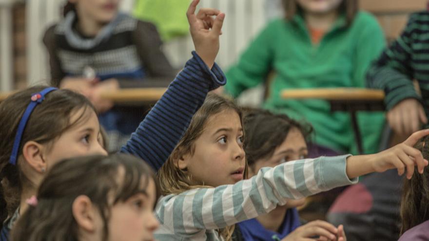 Un grupo de escolares participa en una actividad educativa de la organización Oxfam Intermón. Imagen de Pablo Tosco.