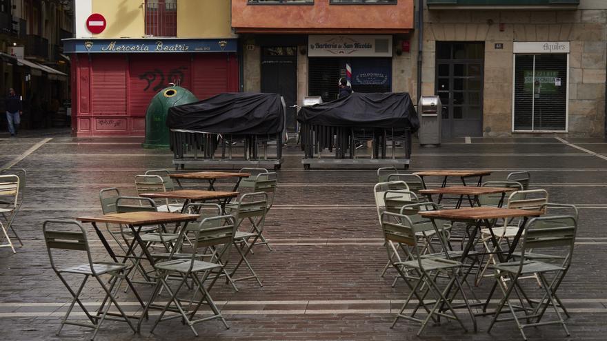 Terraza ubicada en una calle de Pamplona