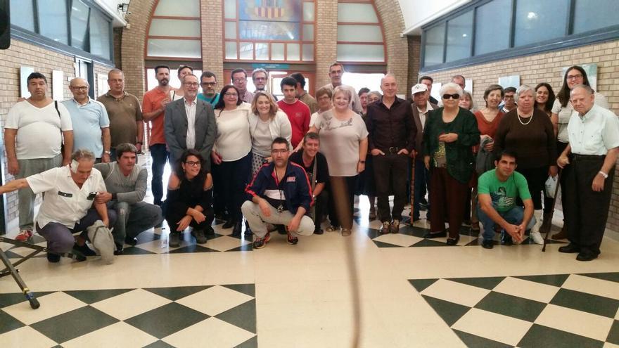 La diputada Mercedes Berenguer, junto a los miembros de la asociación Afempe