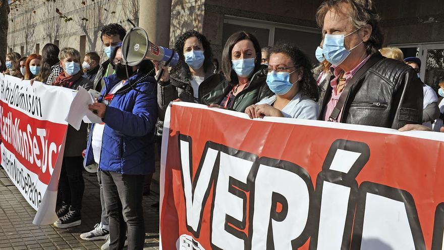 Javier Castrillo, jefe de Ginecología del Hospital de Verín, (a la derecha en la imagen) durante una protesta en su apoyo