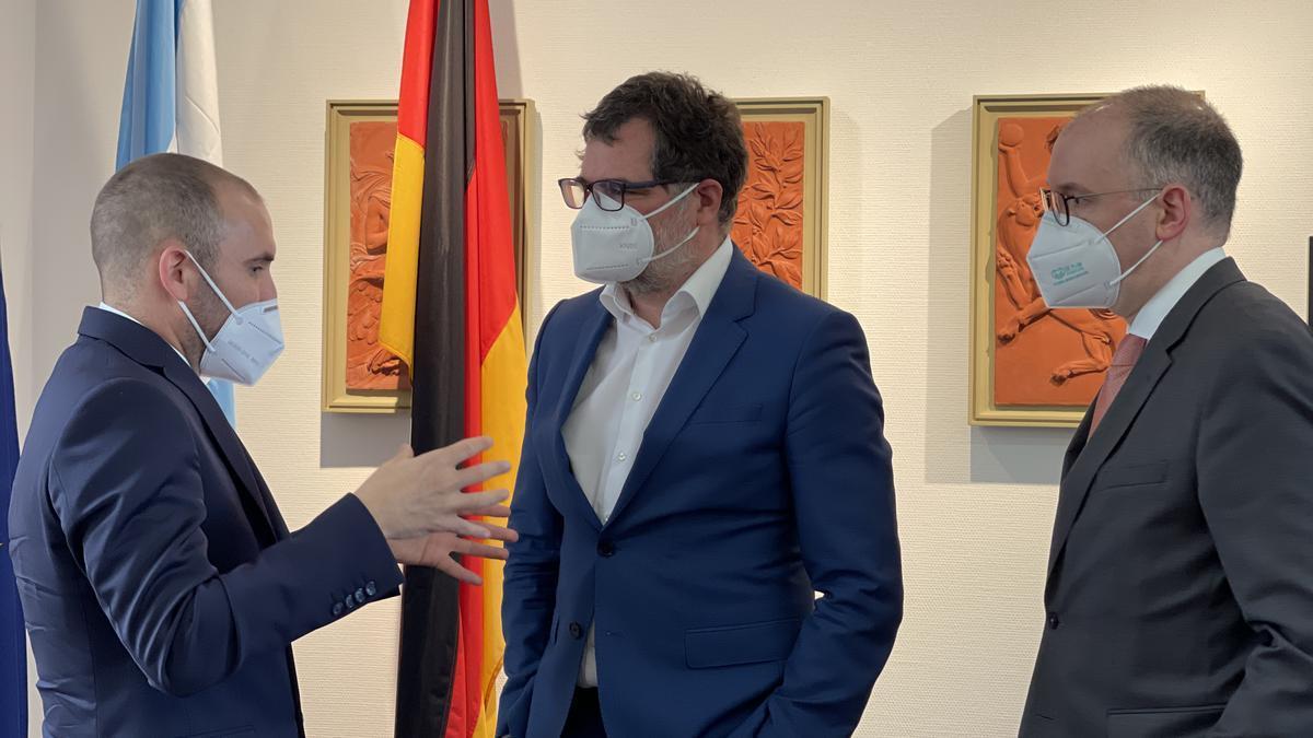 Guzmán con  Wolfgang Schmidt y Niels Annen, funcionarios del gobierno alemán