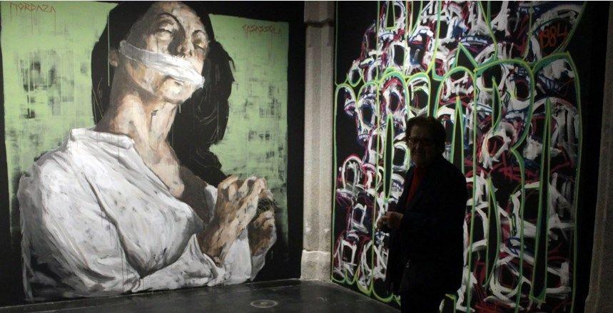 Una vecina visita la exposición Haciendo Barrio en 2015 | RAQUEL ANGULO