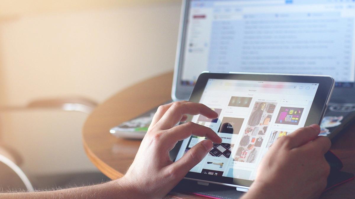 Una persona maneja varios dispositivos tecnológicos. (PIXABAY)