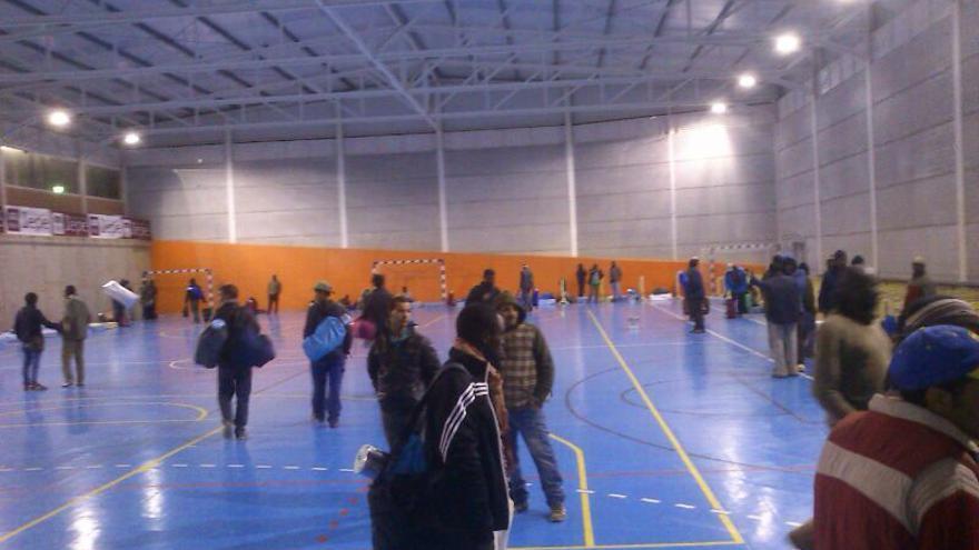 Los inmigrantes han sido realojados en el Polideportivo José Manuel Cortés Medina.