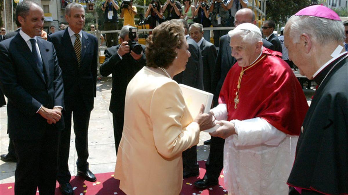 La exalcaldesa de Valencia Rita Barberá saluda a Benedicto XVI en presencia de Francisco Camps.