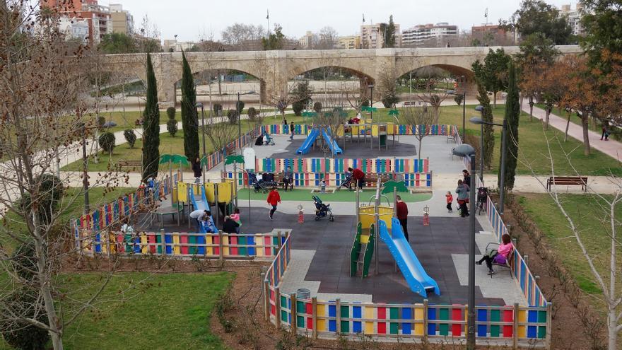 Un parque infantil en el antiguo cauce del Túria, en Valencia