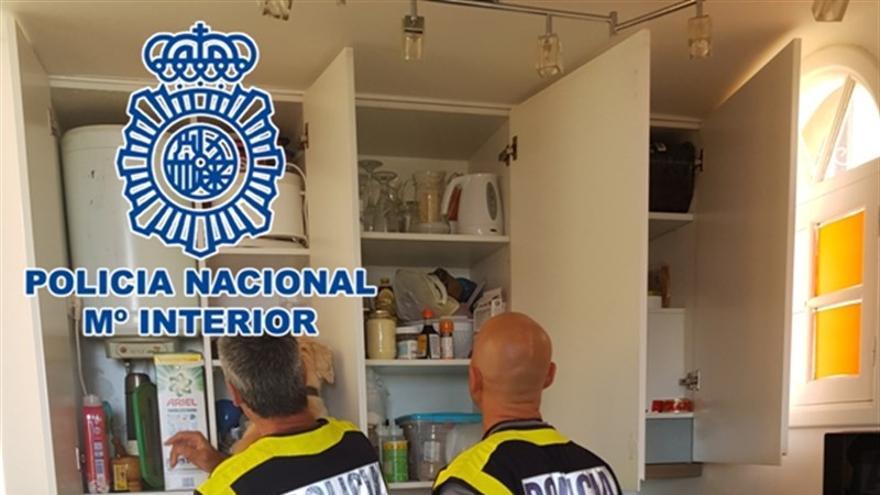 Policías en el local que servía de tapadera para el supuesto suministro de drogas, en Arona