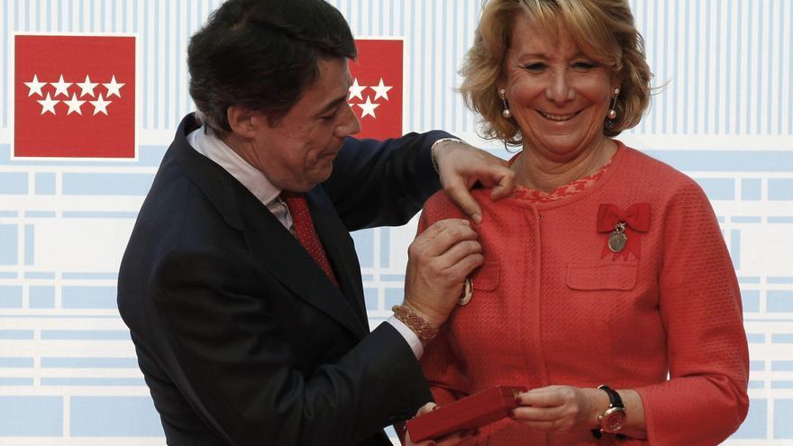 Ignacio González condecora con la medalla de oro de la Comunidad de Madrid a Esperanza Aguirre, en 2013.