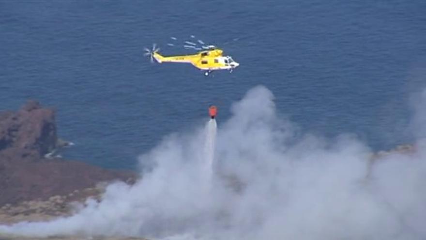 Helicóptero apagando el incendio en el vertedero de La Dehesa