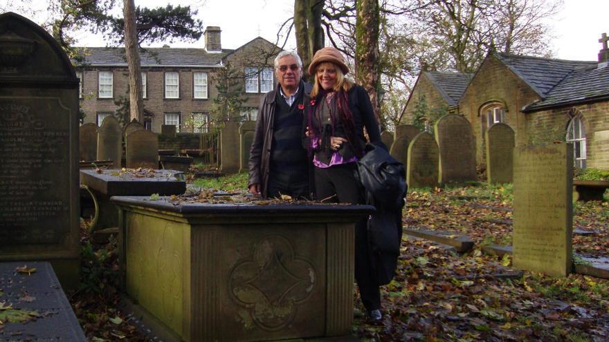 Rosario Valcárcel y Luis León Barreto, en el cementerio de Haworth.