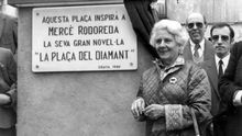 The Catalonian writer Mercé Rodoreda, recently Prize of the Critics, has uncovered today a commemorative plaque during the tribute that she recieved in Diamante square, place at Gracia district, the place that inspired his novel with the same title.
