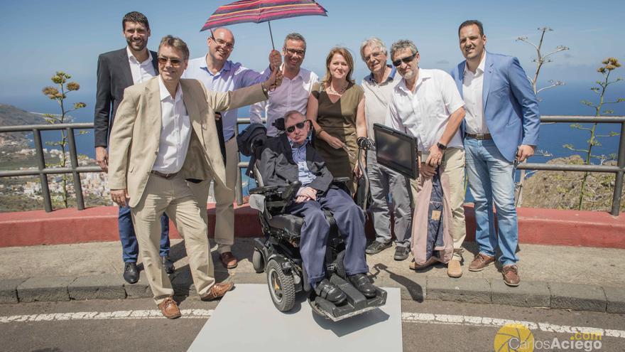 Stephen Hawking, en el mirador del Risco de la Concepción (Breña Alta), con el presidente del Cabildo y otras autoridades.