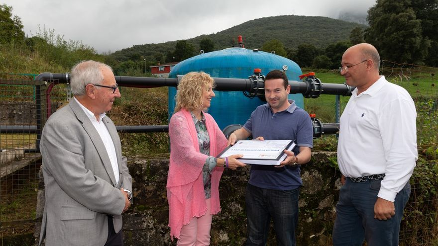 La vicepresidenta, acompañada por el director general de Medio Ambiente ha entregado el proyecto al alcalde de Ramales