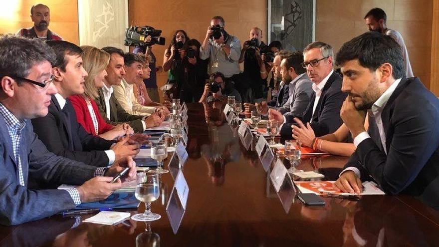 Rajoy hace un guiño a Rivera y nombra a tres negociadores del pacto con C's: Báñez, Nadal y Montserrat